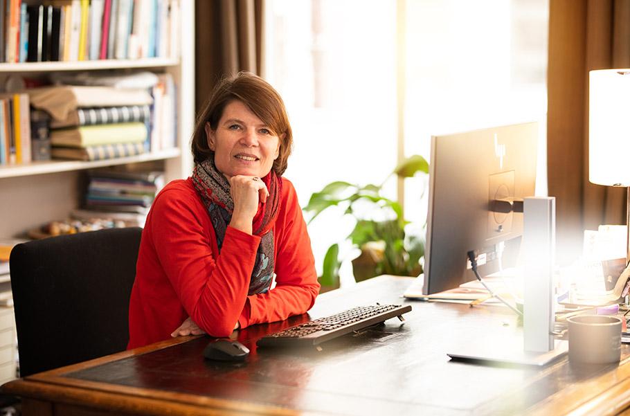 Praktijkmanager Joanca Ligthart achter computer